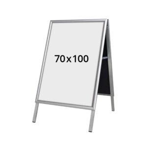 A-stativ gadeskilt 700 x 1000mm. Alt til butikken. Alttilbutikken.dk. Alttilbutikken. Mål 70x100 cm.
