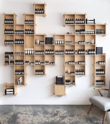 Alt til butikken. Kasser på mål til butik. Kasser med vin.