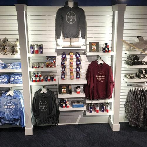 Spacwall udstillingsvæg med varer til butik. Alttilbutikken.dk. Alttilbutikken. Alt til butikken.